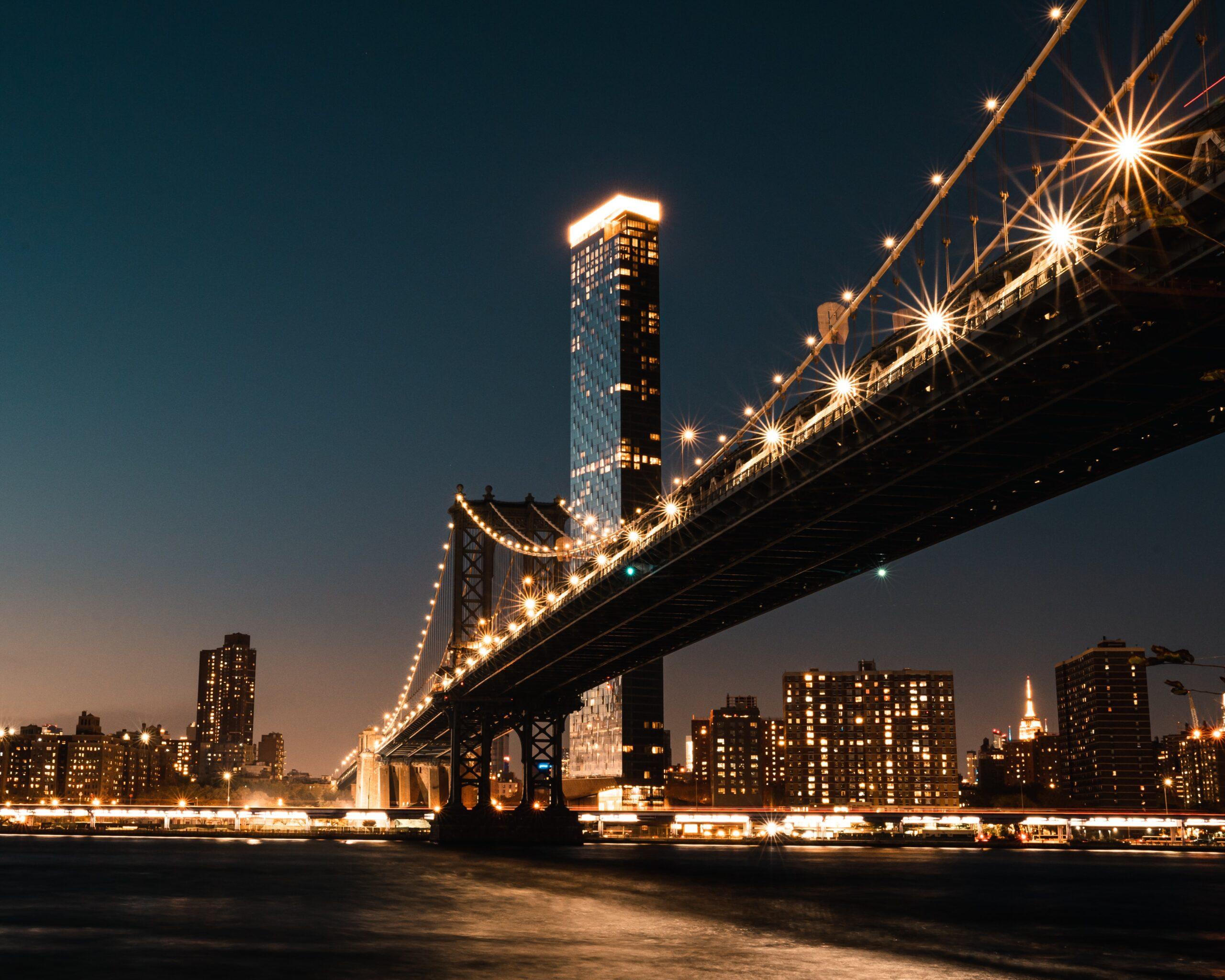 ニューヨークの観光スポット ブルックリンブリッジを歩いて渡る ...